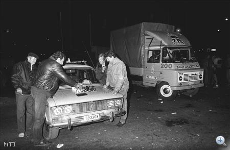 Miskolcon, a taxisok sakkpartival múlatják az időt a lezárt Búza téri kereszteződésben