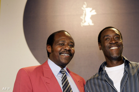Paul Rusesabagina és tőle jobbra a Hotel Ruanda című filmben őt alakító színész - Don Cheadle