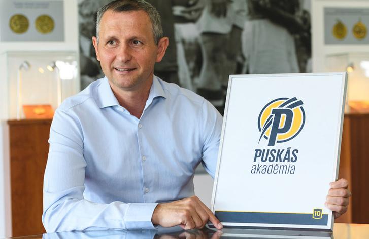 Takács Mihály főigazgató mutatja az akadémia új logóját