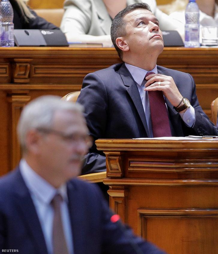 Grindeanu igazgatja a nyakkendőjét a román parlament szerdai ülésnapján, mielőtt beszédében reagált a bizalmatlansági indítványra.