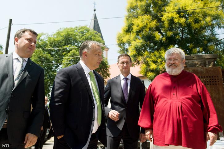 Orbán Viktor érkezik a felújított Klebelsberg-kastély ünnepélyes átadására. Mellette Láng Zsolt polgármester (b) Varga Mihály nemzetgazdasági miniszter (b3) és Szőcs Géza Kossuth- és József Attila-díjas költő.