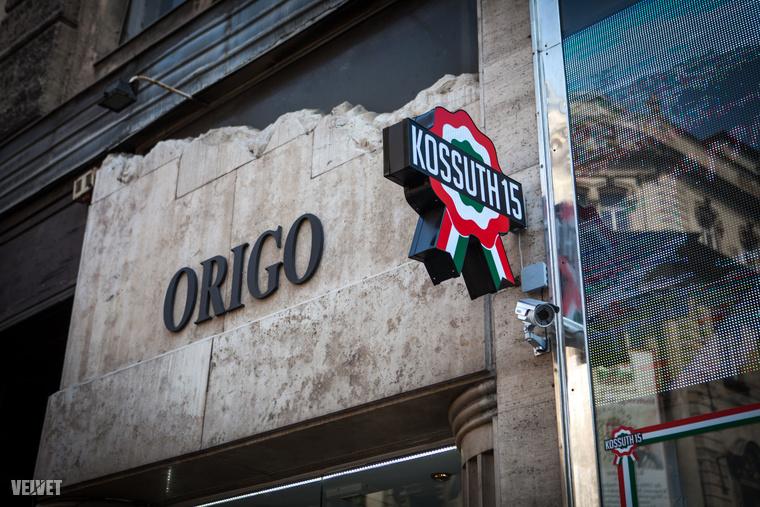 Külön izgalmas, hogy az ingatlan egyik oldalán egy Origo nevű üzlet van.