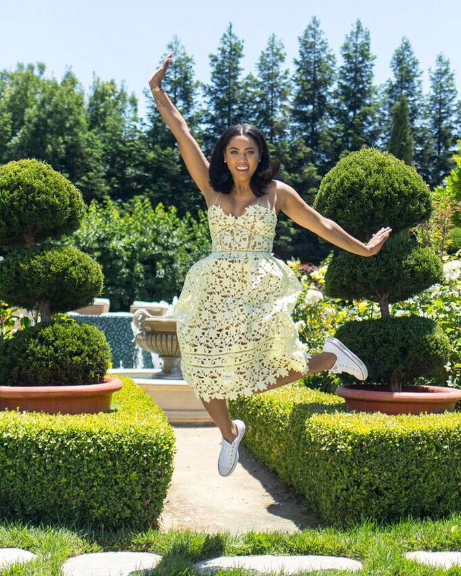A kanadai Ayesha Curry színésznőként ténykedik, mellette pedig YouTube-csatornáján mutat utat a gasztronómiai útvesztőjében tévelygőknek.