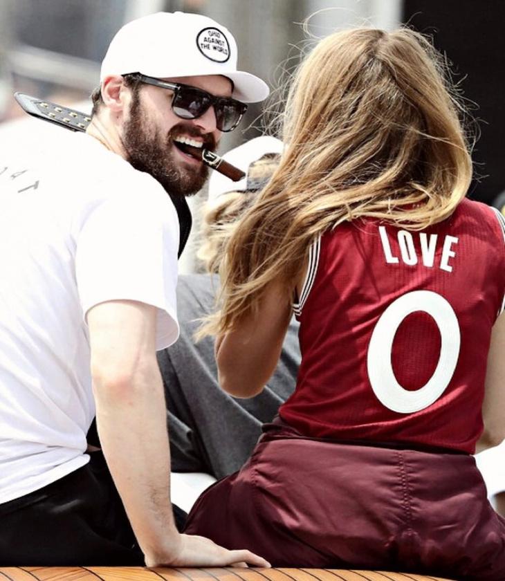 Másodsorban meg arról, hogy tavaly nyár óta a Cleveland Cavalierst csapatában játszó Kevin Wesley Love-val randizgat