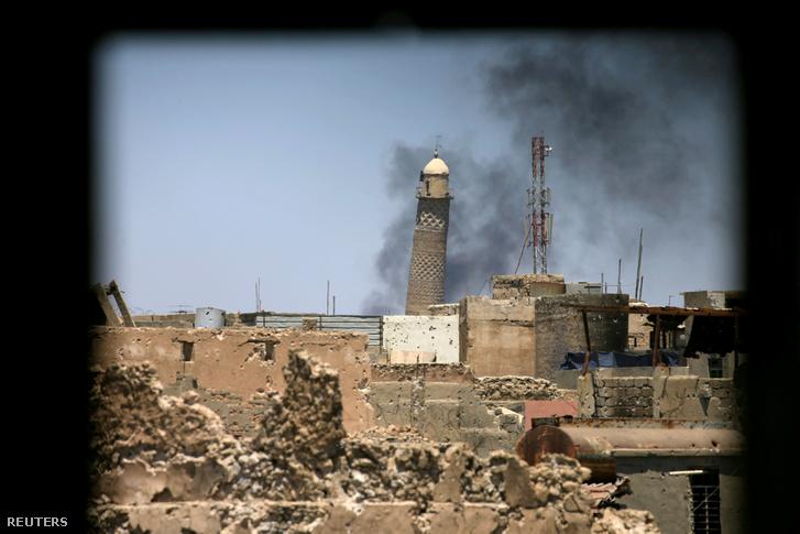 Az Al-Hadba minaret július 1-jén