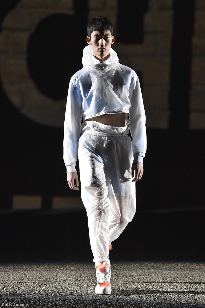Ez egy Off White nevű márka kreációja, ők nem a hivatalos milánói férfidivathéten mutattak be, hanem a Pitti Uomo nevű firenzei eseménysorozaton