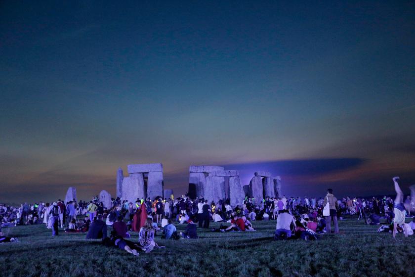 A nyári napfordulót és a leghosszabb nappalt ünneplik az emberek az angliai Stonehenge-nél, Salisbury közelében 2017. június 21-én hajnalban.