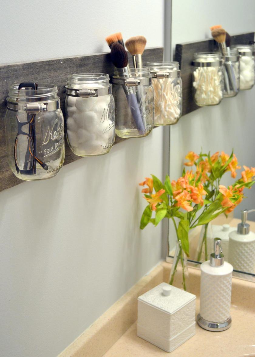 A te fürdőszobádban is el tud uralkodni néha a káosz? Néhány mutatós befőttesüveg segít rendszerezni a dolgaidat: egy a vattának, a fülpiszkának vagy a sminkecseteknek, és máris minden átláthatóbb.