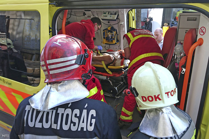 Mentők szállítanak el egy építőmunkást egy építési területről a főváros XIII. kerületében, a Váci úton 2017. március 13-án, miután a férfi nyakát átszúrta egy betonvas. A tűzoltók a fémrudat elvágták, a mentők a vassal nyakában szállították el a sérültet.