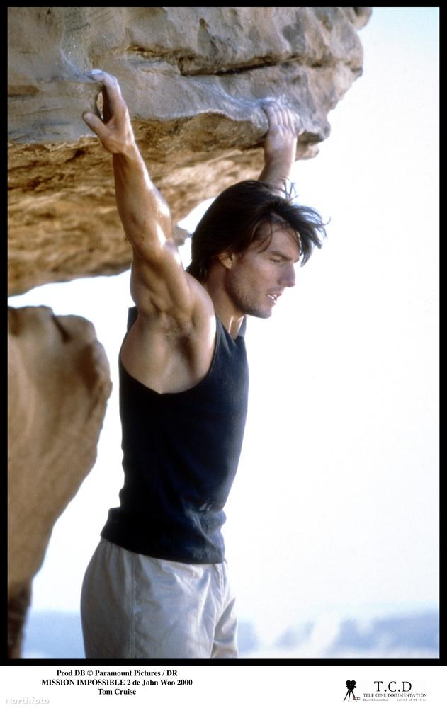 Egész konkrétan a film nyitójelenetét, amikor hegyet mászik, majd két szikla között átugrik