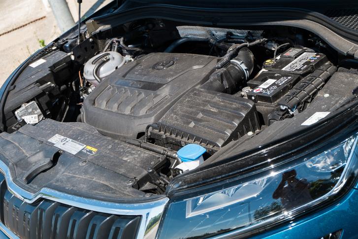 Két liter, benzin, turbó, az már nem olyan horpadt mellkasú