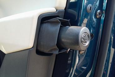 Rolls-Royce-ról koppintva: esernyő az ajtóban