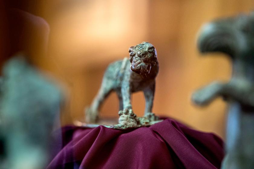 A bronz kocsidíszeket az Aquincumi Múzeumban mutatták be egy sajtótájékoztatón.