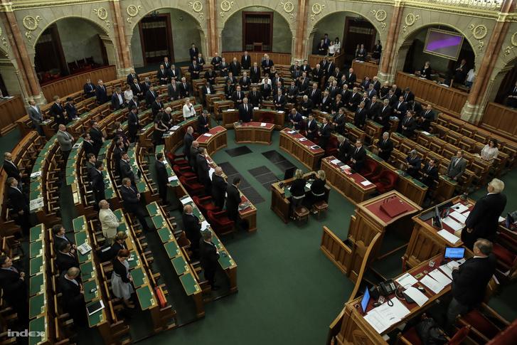 Képviselők az elhunyt Rubovszky György (KDNP) képviselőtársukra emlékeznek az Országgyűlés plenáris ülésén 2017. június 23-án