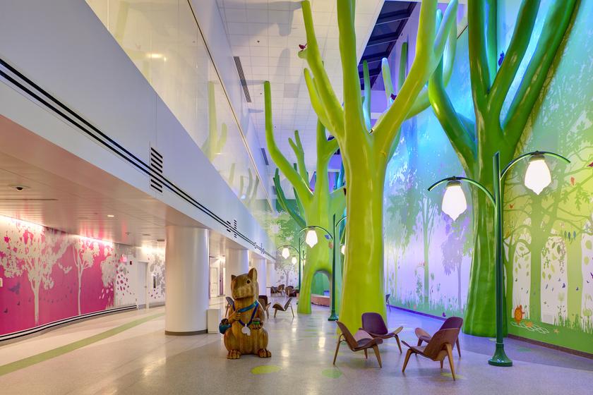 Kedves mókusfigura az orlandói kórház varázslatos erdőt idéző várójában.