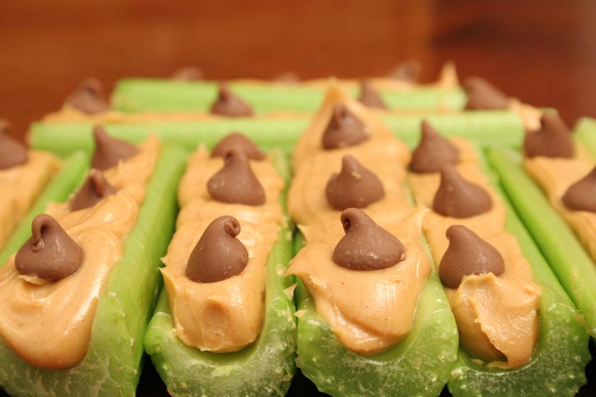 A csoki zöldségekkel fogyasztva is nagyon egészséges. Egy-két csokival megbolondított zellerszárat még úgy is elrágcsálhatsz, ha valódi mogyoróvajjal is kiegészíted. Ügyelj azonban a mértékre!