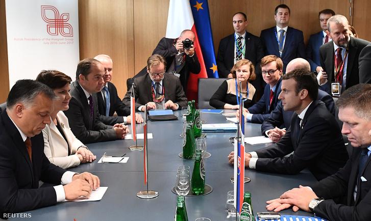 Orbán Viktor magyar miniszterelnök, Beata Szydlo lengyel kormányfő és Konrad Szymanski európai ügyekért felelős lengyel külügyminiszter-helyettes (b-j) Emmanuel Macron francia elnökkel (j2) tárgyal az Európai Unió állam- és kormányfőinek kétnapos csúcstalálkozója második napján Brüsszelben 2017. június 23-án.