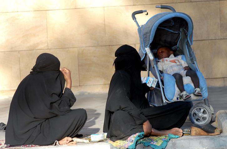 Kolduló nők egy rijádi utcán