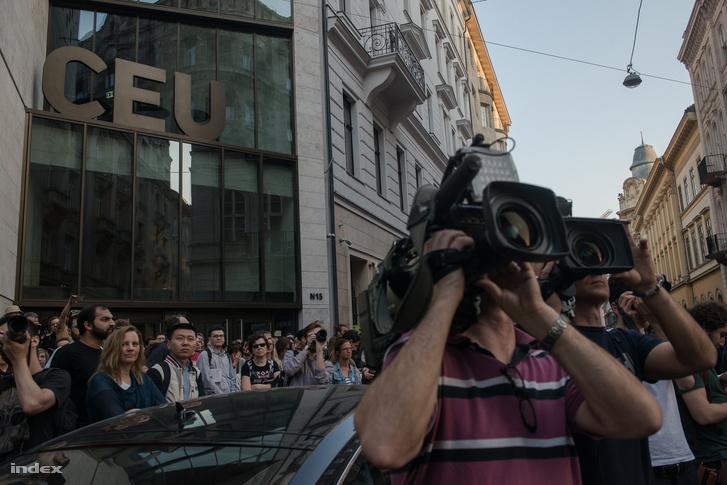 Tüntetők a CEU épületet előtt 2017. április 2-én. A szabad oktatásért címmel szervezett tüntetést az Oktatási Szabadságot Facebook-csoport