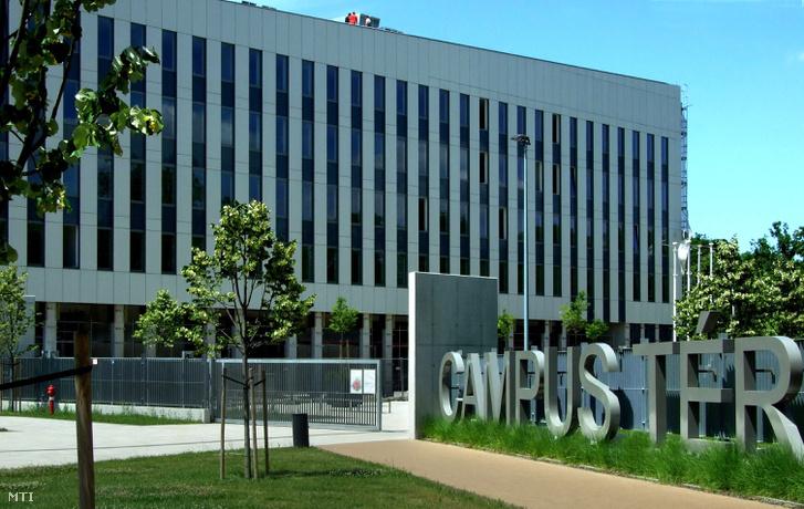 A Ludovika Campus-projektben megvalósult Campus tér részlete a főváros VIII. kerületében az Üllői út mentén 2017. június 14-én, balra a Nemzeti Közszolgálati Egyetem új oktatási épülete