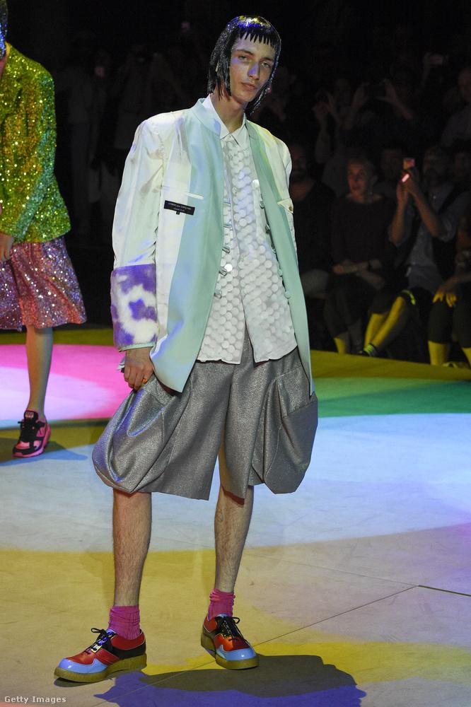 És még egy nagyon híres márkától mutatunk pár öltözéket, szintén a párizsi férfidivathétről: ez a Comme Des Garcons Homme Plus.