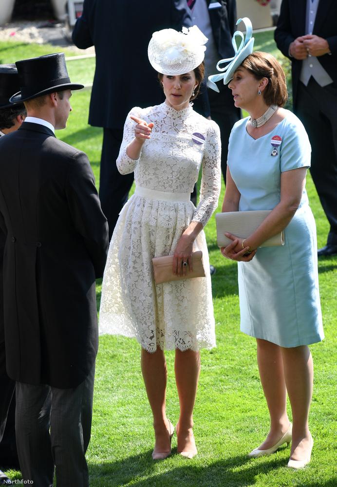 Másrészt a királyi pár is részt vett az év egyik legfontosabb brit társasági eseményen, az ascoti derbin, ahol Katalin hercegné már az első nap ellopta a show-t, és viszonylag sokat mutatott meg magából az átlátszó csipkeruhájában.