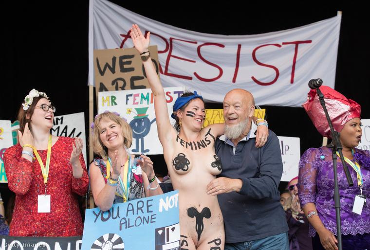 ez a Rachel Rousham nevű feminista aktivista egészen más módját választotta a figyelemfelkeltésnek (amúgy a fesztivál alapítója, Michael Eavis öleli éppen).