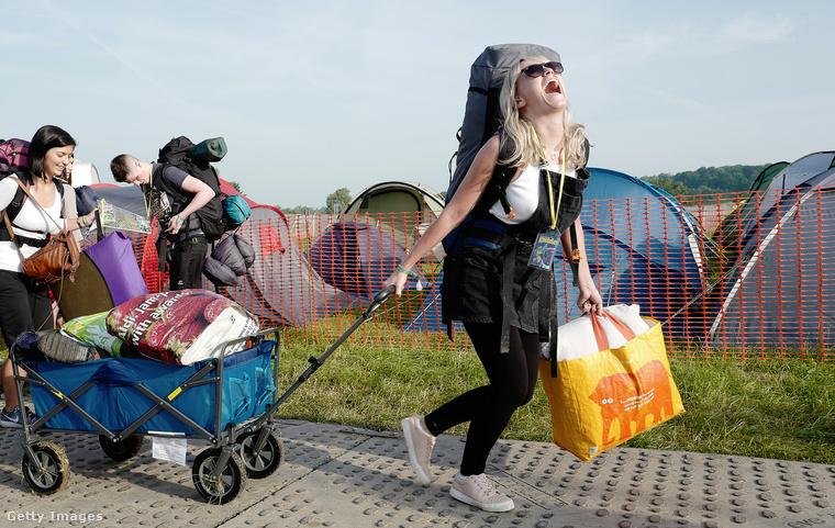 Véget ért a Glastonbury fesztivál, ami remek alkalom, hogy megnézzük, oda milyen nők járnak.Ő itt például nagyon örül annak, hogy megérkezett.