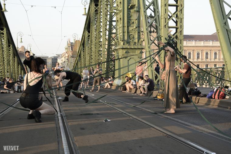 Sőt! Annyira bejött az embereknek, hogy Tarlós István, Budapest főpolgármestere egészen merészet lépett, és idén nyáron négy hétvégére lezáratta a hidat a járművek elől.