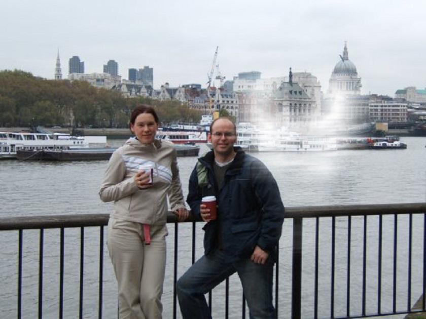 Ez a pár éppen a Temzénél fotózkodott, amikor állítólag egy furcsa, kellemes érzés kerítette őket hatalmába. Amikor visszanézték, nagyon meglepődtek a megmagyarázhatatlan, fehér alakon.
