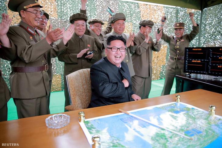 Kim Dzsongun (többek között) Ri Pjongcsol (a hátsó sorban középen) és Dzseng Csengha (jobbra) társaságában (jobbra) egy ballisztikai rakéta fellövését ünnepli