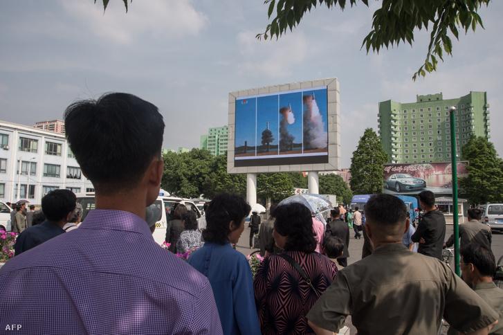 A Pukguksong-2 rakéta fellövését közvetítik Phenjanban 2017 május 22-én