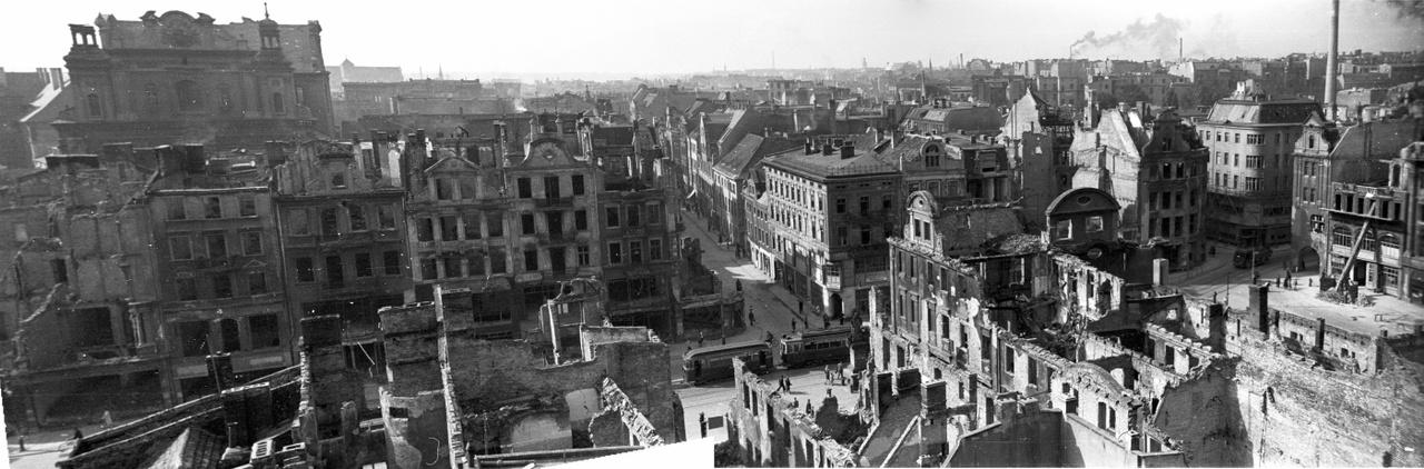 Poznań belvárosa a Városháza tornyából fényképezve. A család maradéka visszaköltözhetett, de Bogdanék lánytestvére hamarosan Angliába került, Stefan pedig a németországi amerikai zónából egyenesen Amerikába. Az itthon maradottak róla később annyit tudtak meg, hogy Washingtonnak dolgozik, de azt gyanították, ez közelebbről a CIA-t jelentheti. Utóbb úgy hallották, még az akkor egyik leginkább elhíresült kelet-európai kémügyben is részt vett: amikor az állambiztonsági fő fejes Józef Swiatło lelépett Amerikába (nálunk is voltak disszidáló állambiztonságiak, még ha ezek nem is ennyire nagyszabású történetek), a testvér is részt vett a kihallgatásain; Swiatło hamarosan már a Szabad Európa Rádió lengyel adásában tárta fel a törvénytelenségeket, melyeket nem sokkal korábban az ő részvételével követtek el.
