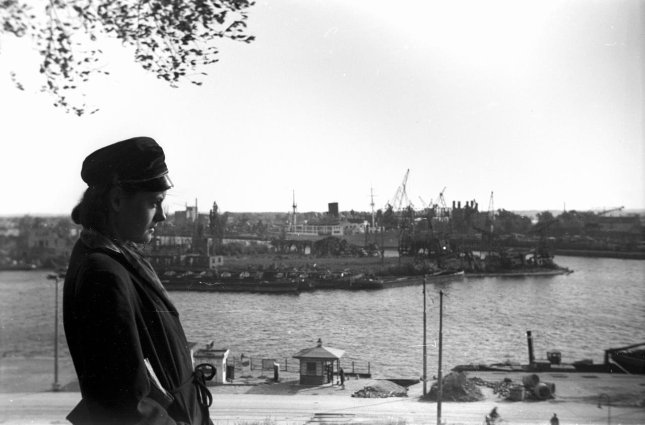 Szczecin, németesen Stettin, az Odera-parti nagyváros, kilátással a kikötő felé.                         Nem kell mondani, hogy az ötvenes évek kommunizmusában mennyire volt életbiztosítás egy CIA-gyanús emigráns testvér, de fura módon a Lengyelországban maradt rokonoknak nem származott nagyobb baja ebből a kapocsból. A frissen végzett építész Bogdant az ötvenes évek elején egy paranccsal akarata ellenére hivatásos katonává tették, az ellenőrzéseknél mindig beírta, hogy testvérei Nyugaton élnek - végül ezzel sikerült kirúgatnia magát a hadseregtől.