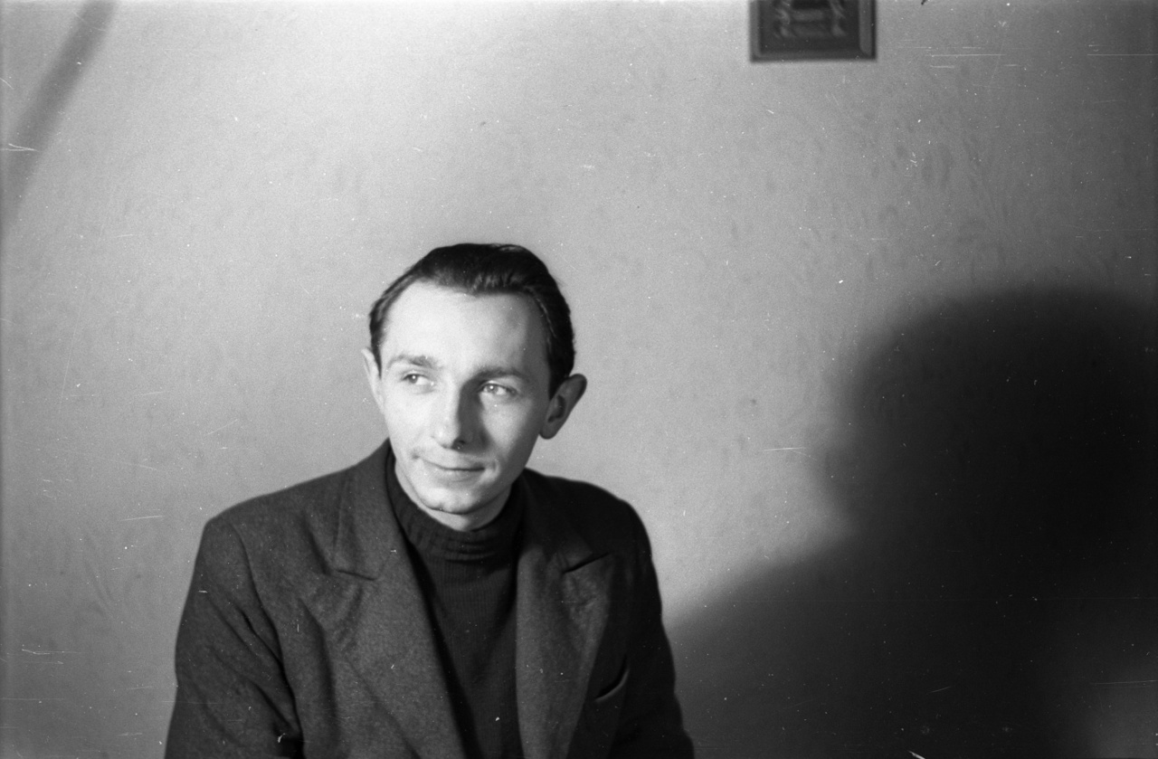 Hősünk, a fotókat készítő Bogdan is szeretett volna csatlakozni a brigádhoz, de elkésett. Krakkó mellett szovjet katonák jöttek vele szembe; szerencséje volt velük, bár mindenét elvették. Egy rekvirálás még segített is neki: a Nyugat felé hadizsákmányért indított első szovjet vonattal jutott ő is haza, az öt éve elhagyott Poznańba, a család régi otthonába.