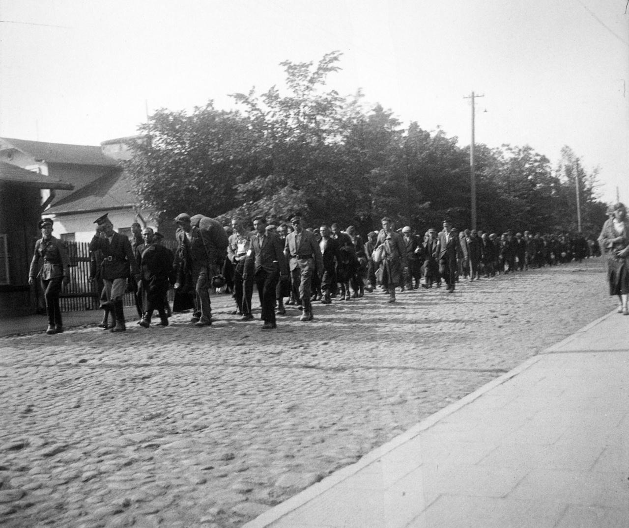 Feltehetően zsidó rendőrök felügyelete alatt vonuló zsidó munkások. A kép elkészítése nagyobb kockázatot jelenthetett.