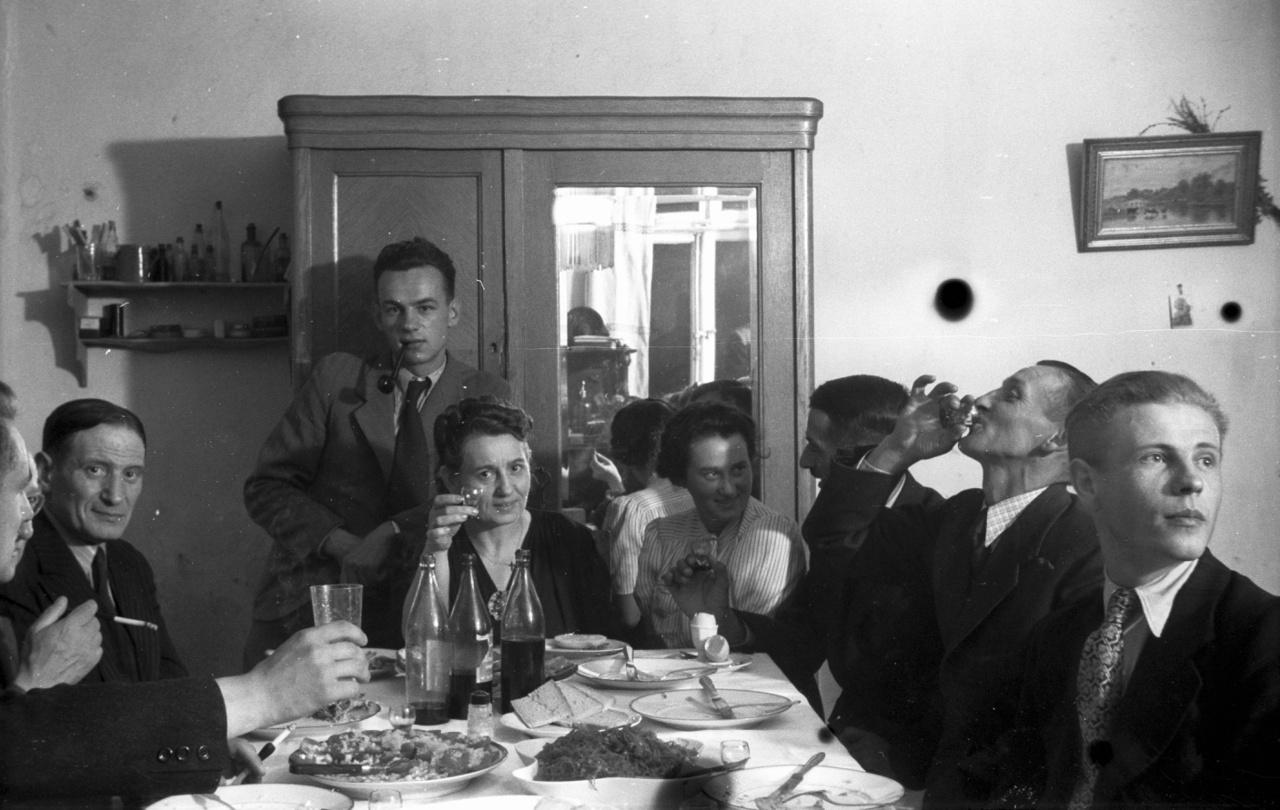 A házban még ott volt a régi házmester, nála a kulcs, ajtóban a zár, falban az ajtó, ls még a falak is álltak. A lakatlan lakásban, a betelepített németek addig feltehetően már elmenekültek, még a biedermeier bútorok többsége is sértetlen volt. A képen a Celichowski-család; pipával a szájában Stefan, előtte anyja, őmellette a húga ül.