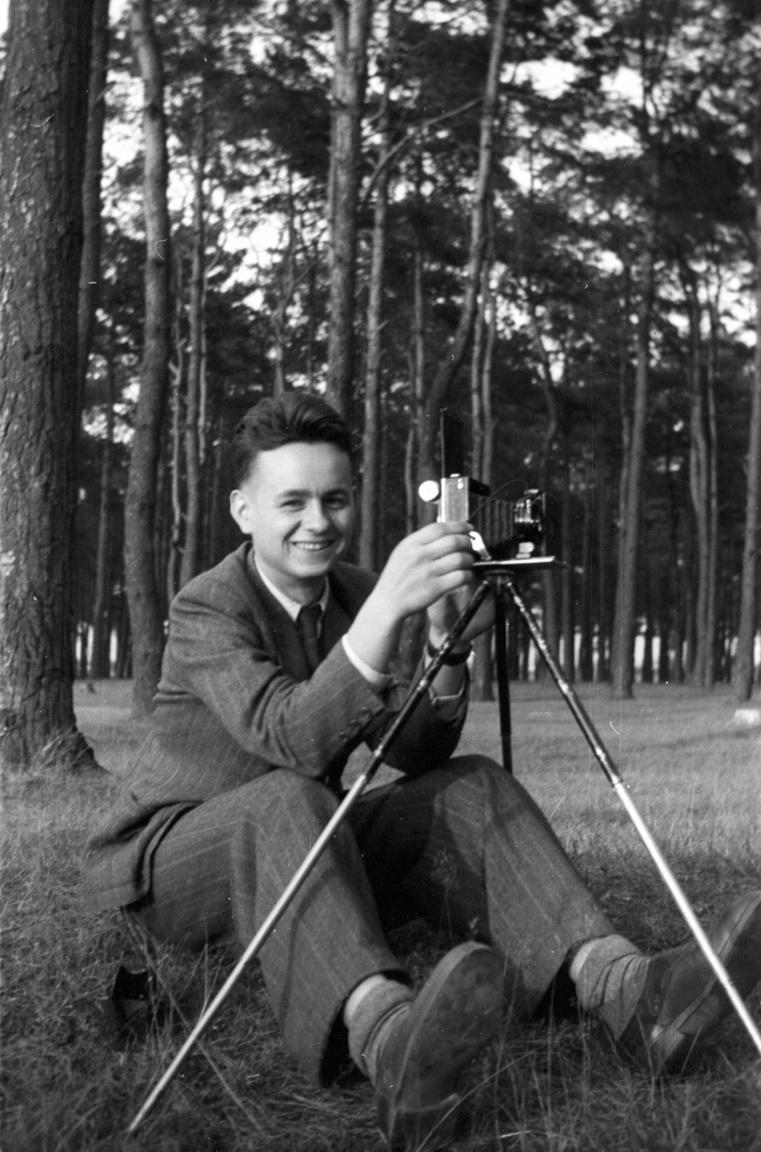 A képek szerzője: Bogdan Celichowski a világháború előtt. Amikor az 1922-ben született Bogdan az utolsó békeévekben belevethette magát új szenvedélyébe, a fényképezésbe, Lengyelország már aktívan fegyverkezett, hogy megvédje magát. Noha az egymilliós lengyel sereg európai szinten is jelentős erővel bírt, a kétirányú támadás ellen nem volt esélye: egy hónappal az 1939. szeptember elsejei német, és két héttel a 17-i szovjet támadás után Lengyelország kapitulált az országot ismételten felosztó két birodalom előtt.