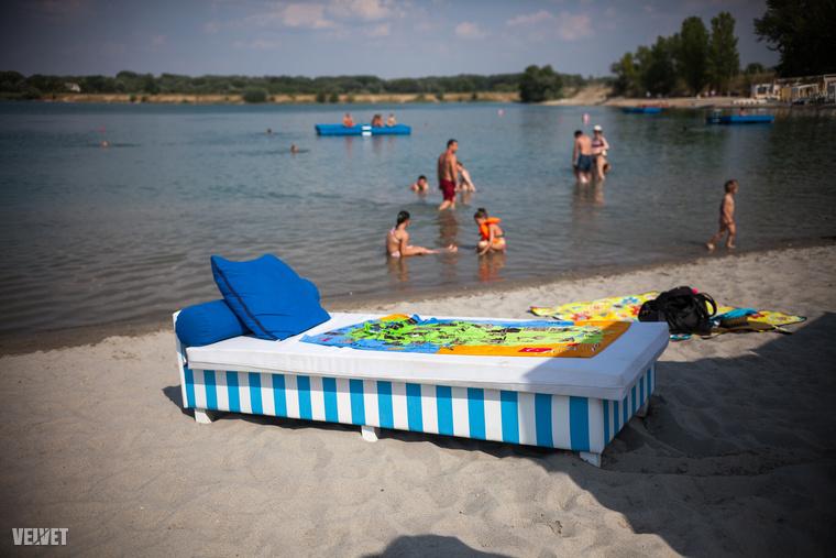 A víz inkább csak díszítőelem.Aki szórakozni akar tud: szörfözni, kenuzni, van élménypark gyerekeknek és állítólag már épül a háttérben egy színpad, így fellépőkre is lehet számítani a későbbiekben.(Talán még rezidense is lesz a tónak).