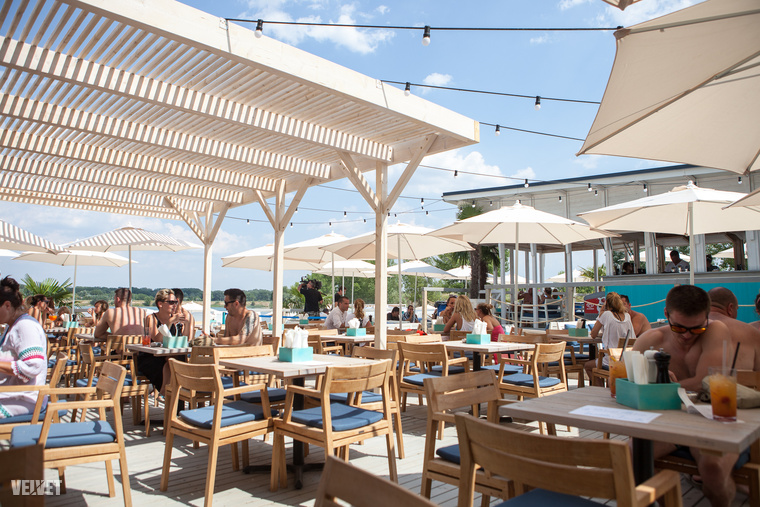Ha a víz melletti fekvőzéstől kicsit megéhezik az ember, közvetlenül a part mellett húzódik a gasztrosétány.A fesztiválos párhuzam itt is megállja a helyét: a strand menüket kissé megreformálva a fesztiválkaják felé kacsintgatnak (hambi, grill oldalas, pizza).A bejárathoz közelebb eső teraszos étkezde szolgáltatja a VIP étterem lehetőségét