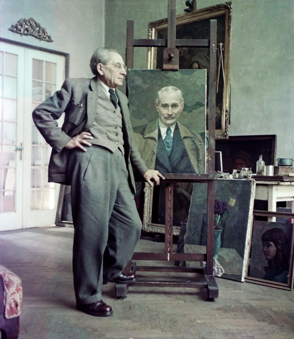 """Gábor Móric és Krúdy Gyuláról festett portréja 1956-banGábor Móric (1889–1987) a Százados úti telep egyik első lakója volt az 1910-es években. Ő alapította a legrégebbi és legpatinásabb telepi dinasztiát, hiszen ma már a család negyedik generációja dolgozik ugyanott. Szabó Ádám szobrász, a dédunoka azt mesélte, Gábor Móric """"tizenhat évesen korkedvezménnyel került a Magyar Királyi Képzőművészeti Főiskolára, majd onnan két évvel később a párizsi École des Beaux Arts-ra […]. Kiváló karakterérzékének köszönhetően hamar az arisztokrácia és polgárság kedvelt arcképfestője lett. Bár elég szigorú rend szerint élte életét, abba azért belefért, elkártyázta felesége bundáját, illetve az, hogy egy 1930-as kártyapartira egy ismerős pilótával Londonból hozatott osztrigát"""". Az """"elismert és divatos portretista"""" ifjan még Jókait rajzolta élet után, aztán lefestette a két világháború között lézengő összes társasági és arisztokrata"""