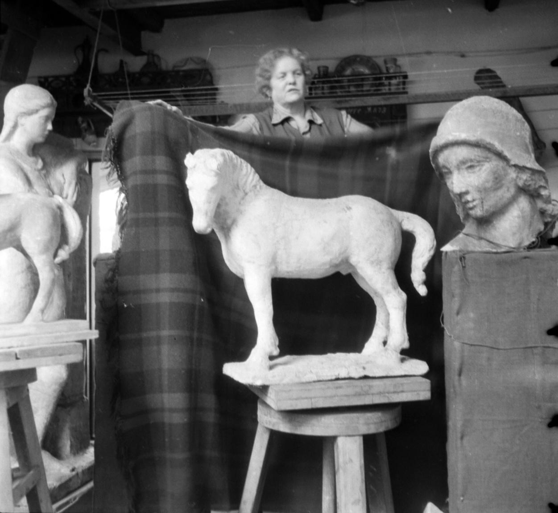 """A hátteret Maria Alekszandrova Djakonova, Medgyessy Ferenc szobrászművész felesége biztosítja.Jobbra a Régészet töredéke, amely a debreceni Déri Múzeum előtt álló szobrok egyikeMedgyessy 1956 márciusában szívtrombózist kapott, mialatt nagykiállításra készült a Műcsarnokban. Ezután még két évig élt, de hogyan? """"Attól fogva mintha kicserélték volna, nem érdekelte a művészet, nem dolgozott semmit, és nem is kívánt dolgozni""""– emlékezett a felesége. Maria Alekszandrova húsz évvel élte túl a férjét, végrendeletében a szobrász hagyatékát a magyar államra hagyta."""