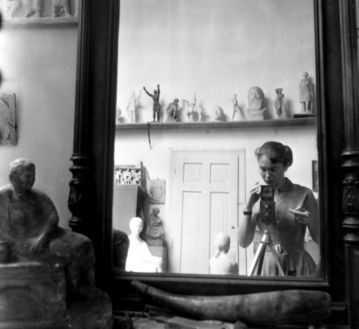 Önportré szobrok, kisplasztikák és minták otthonos, gyerekkort idéző világában. Szenczi Mária Medgyessy Ferenc szobrászművész Százados úti műtermében