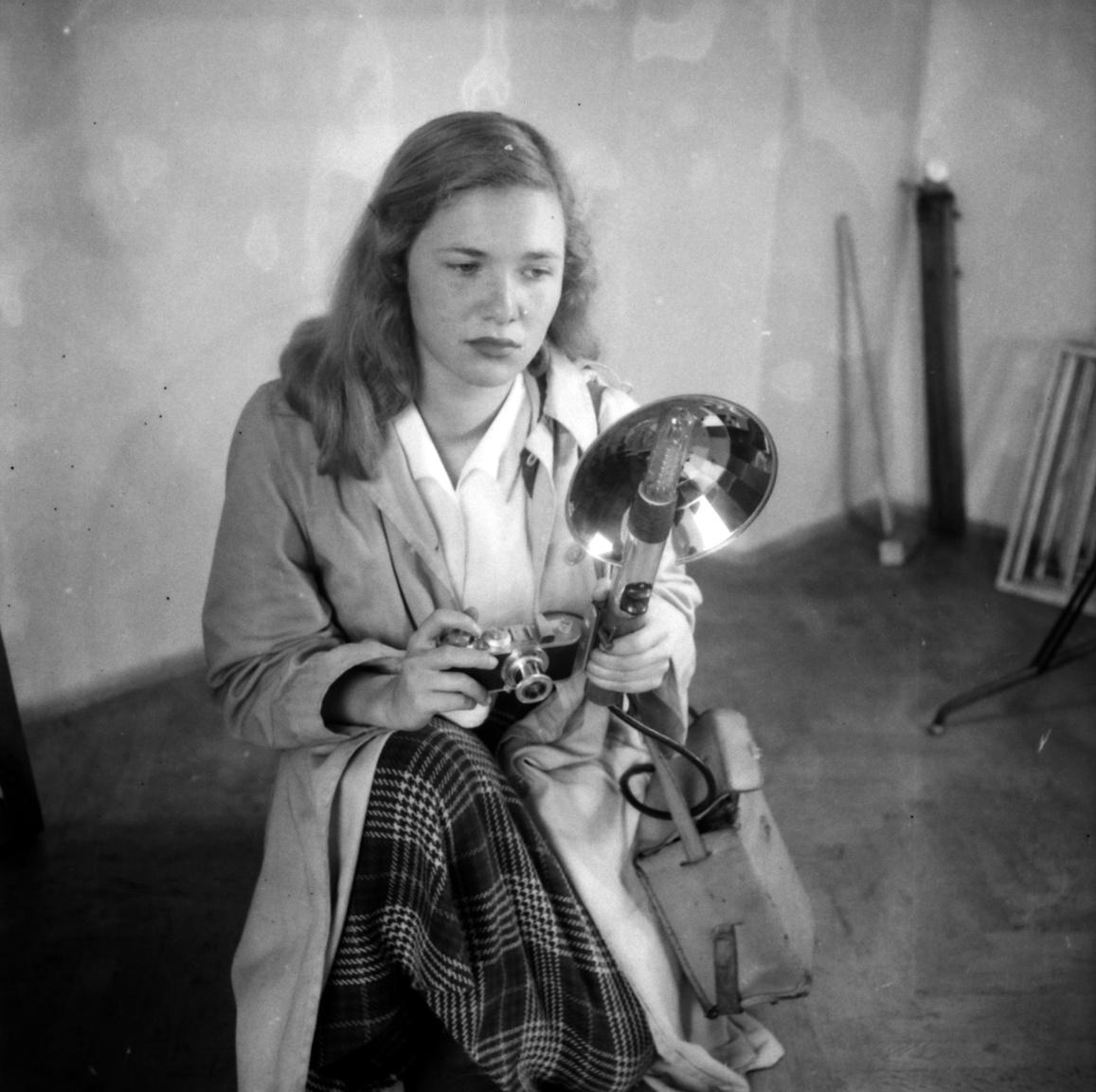 Lóden és Leica, Szenczi Mária 1955-benEzekben az években több fotókiállításon vett részt: nemzetközin és országoson, külföldin és magyaron. De a képek adományozója, vagyis Szenczi Mária fia szerint biztos, hogy nem a most következő művészportrékkal. Ezek valószínűleg kedvtelésből, gyakorlásként születtek egy olyan közegben, amelyben a fotós gyerekkora óta otthonosan mozgott.
