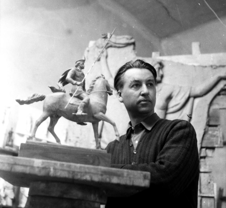 Búza Barna (1910–2010) Százados úti műtermében a Kuruc lovas című szobor mintája mellett. A háttérben a hatvani vasútállomás pénztártermének díszítésére készült domborműAz egykori sarkadi kalaposinast különleges tehetsége miatt érettségi nélkül, külön miniszteri engedéllyel vették fel a művészeti főiskolára. Sikeresen indult, ott volt a Római Magyar Akadémia ösztöndíjasai között is. Száz évig élt, ezalatt dolgozott fával, kővel, fémmel, kerámiával, a herendi porcelángyár számára porcelánnal, terrakottával, és készített kisplasztikákat, portrékat, domborműveket, köztéri szobrokat.                         Kuruc lovas című szobrát sok hányattatás után 1959-ben állították fel Kazincbarcikán, bár a tervet még évekkel az 1956-os forradalom előtt elfogadták. Kazincbarcikát a szocialista ipar- és városfejlesztés tette (erőszakkal és hirtelen) naggyá, a felpumpált város új lakótelepei, terei pedig szobrok után kiáltottak. A mest