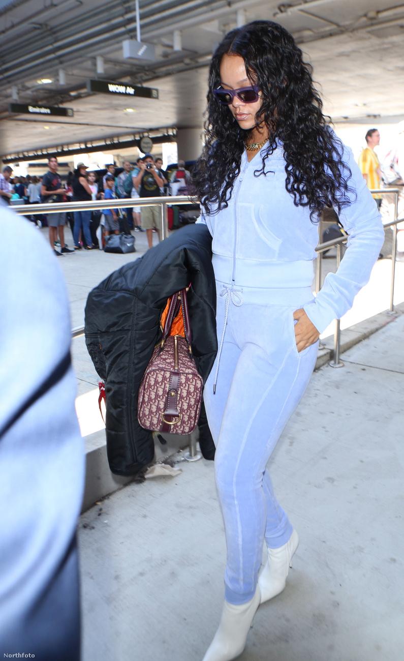Rihanna ebben a szettben jelent meg hétfőn a  Los Angeles-i repülőtéren