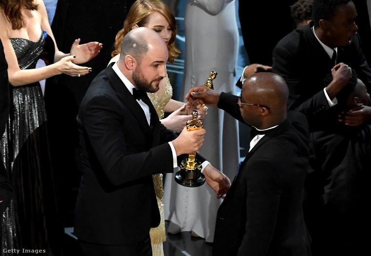 A 2017-es Oscar-díjátadón állítólag rossz borítékot adtak a díjátadó Warren Beatty színésznek, így ő be is olvasta a győztest, a Kaliforniai álom című filmet