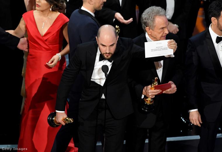 A La La Land producere, Jordan Horowitz pedig a mikrofonhoz lépve annyit mondott, hogy:Tévedés történt