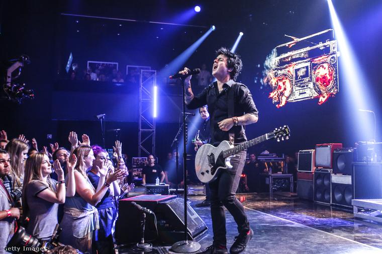 Billie Joe Armstrong, a Green Day énekese pedig elég durván kiakadt az iHeartRadio Music fesztiválon, amikor koncert közben a szervezők le akarták parancsolni a színpadról.