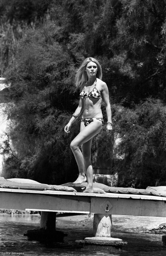 Miután 1951-ben az első Miss World szépségversenyen a svéd győztest,  Kiki Håkanssont bikiniben koronázták meg, XII